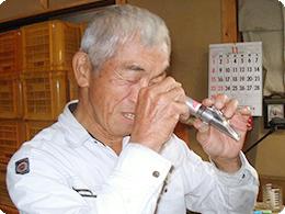 せとだレモンの糖度を測定する原田さん。この時のレモンの糖度は「8.2」