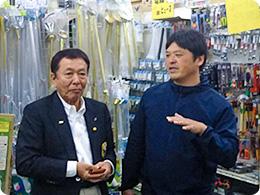店内を案内する森田社長