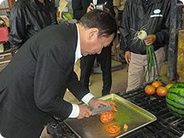 トマトを切る櫻田会長