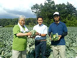 小清水さん親子と栽培指導担当の中村さん