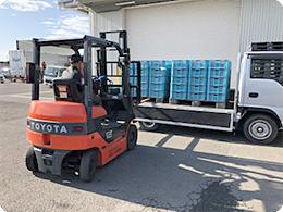 トラックで運ばれた邑田さんのトマト