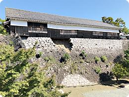 建物下部の石垣が地震で一部崩落。「数寄屋丸二階御広間」