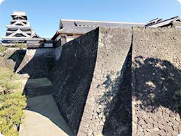 築いた時代の違う石垣が見られる。「二様の石垣」(手前)より天守を見る