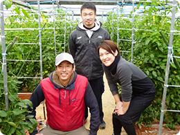 ながさき南部生産組合トマト部会(左から近藤さん、中村さん、近藤さんの奥さま)