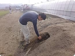 自慢の自家製堆肥を確認中