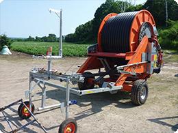 干ばつの時に畑に散水する機械