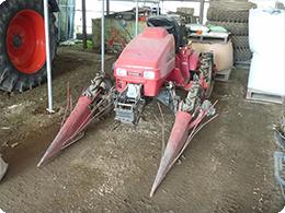 収穫前に玉ねぎの根を切る機械